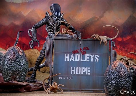 NECA Aliens Hadley's Hope – Carter Burke and Concept Alien